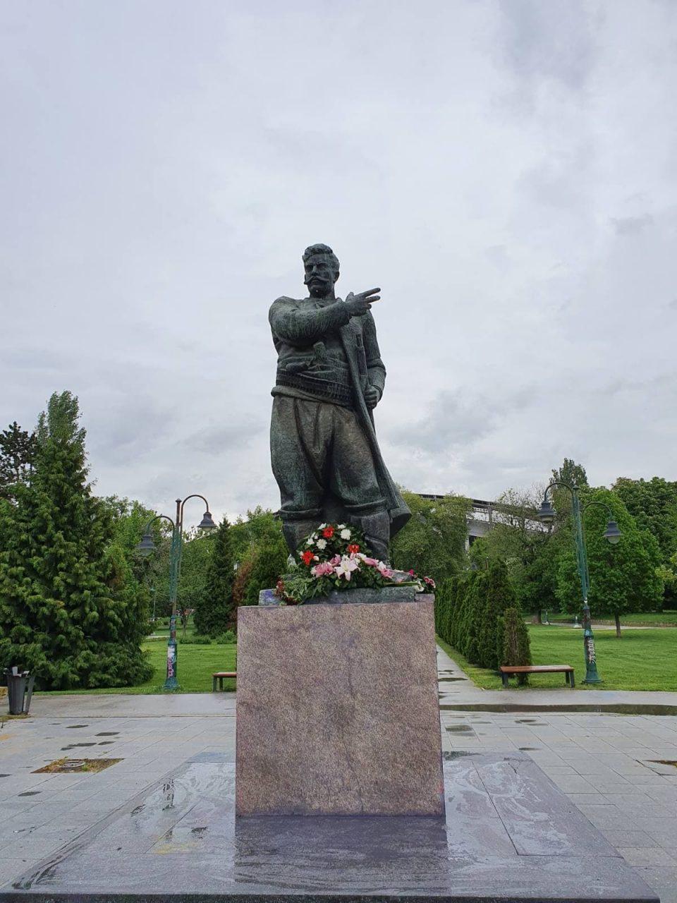 ФОТО: УМС на ВМРО-ДПМНЕ по повод 117 години од загинувањето на Гоце Делчев го исчисти од графити неговиот споменик во градскиот парк во Скопје