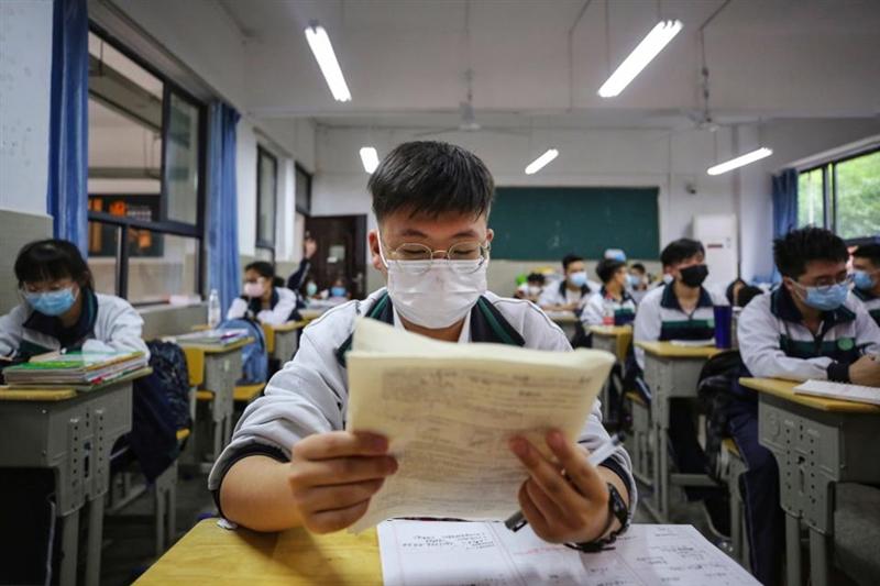 Учениците од Вухан се вратија во училишните клупи