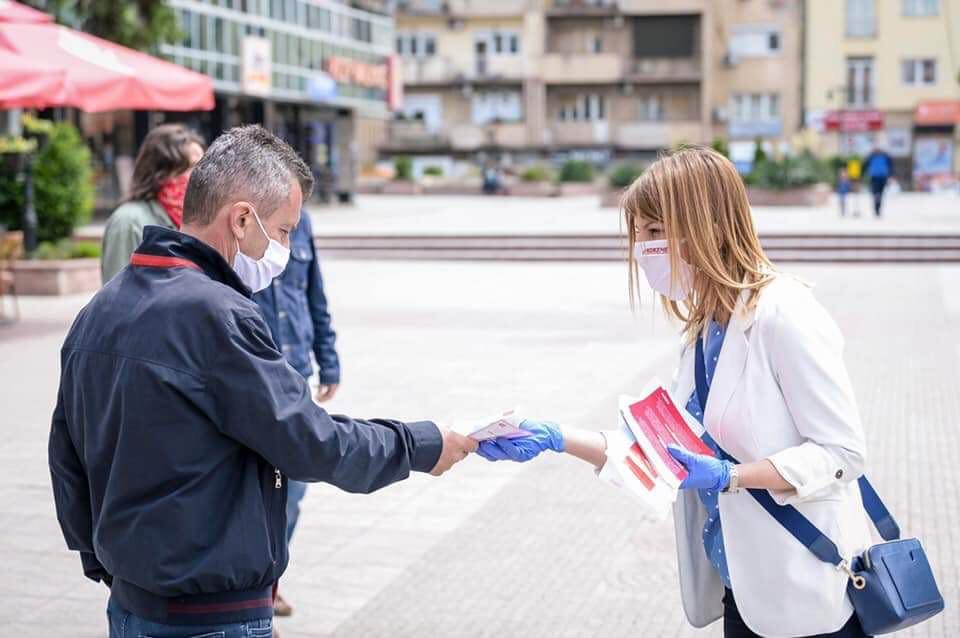 Директорката на УЈП Лукаревска позитивна на коронавирус, а се фотографираше со народот како дели флаери (ФОТО)