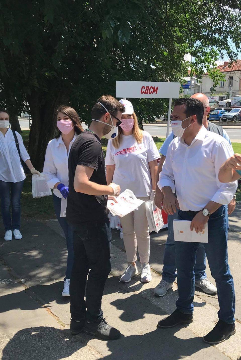 По Сугаревски, и Заев ја доби ОБНОВАТА ЗА МАКЕДОНИЈА: Муцунски му ја подари програмата на Заев со над 1.000 проекти за граѓаните