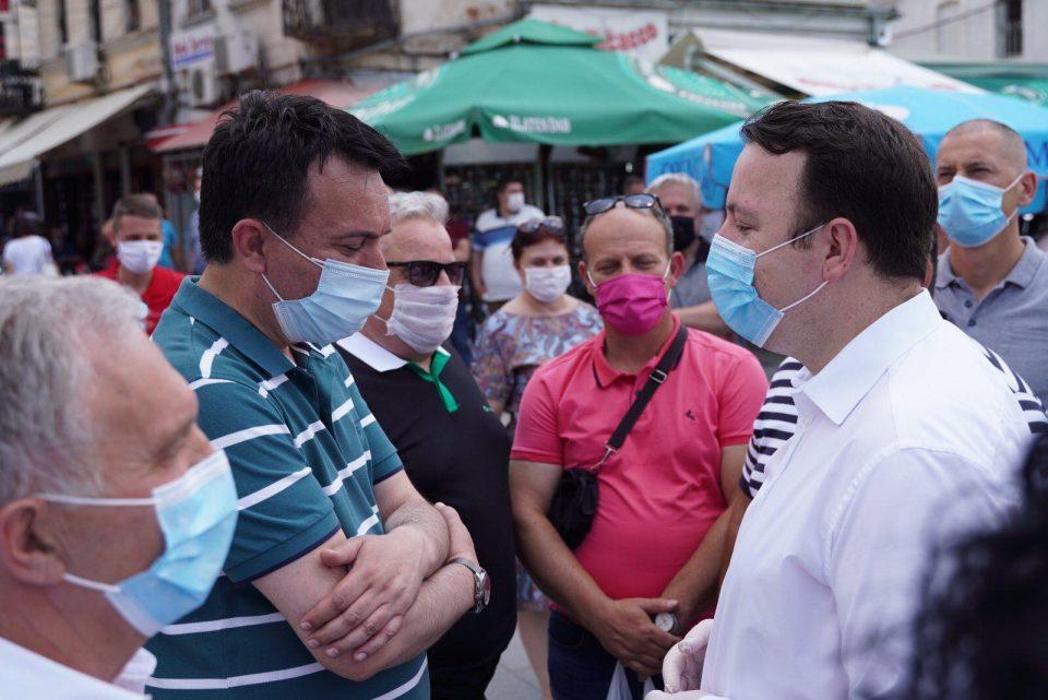 Николоски отиде на штандот на СДСМ и порача: Народот ќе ве казни на избори