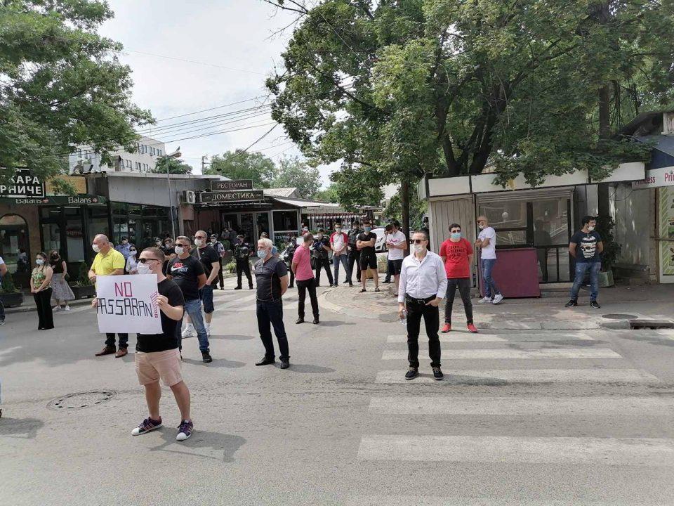 Албанците со протест пред седиштетот на СДСМ, се чуствуваат измамени