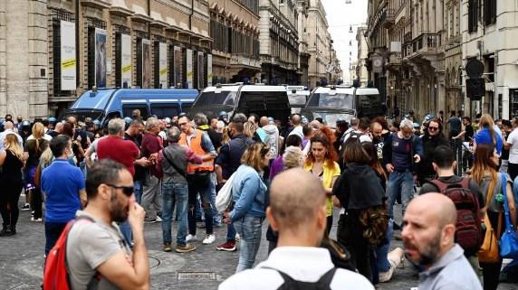Неофашистите предизвикаа нереди во центарот на Рим, нападнати новинарски екипи (ВИДЕО)