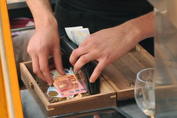 """Епидемијата ги """"испразнила"""" банкоматите во Словенија"""