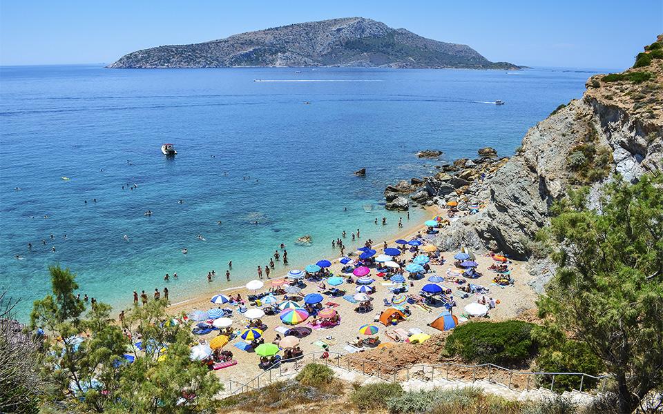 Затворена плажа и барови во близина на Атина поради непочитување на протоколите за работа