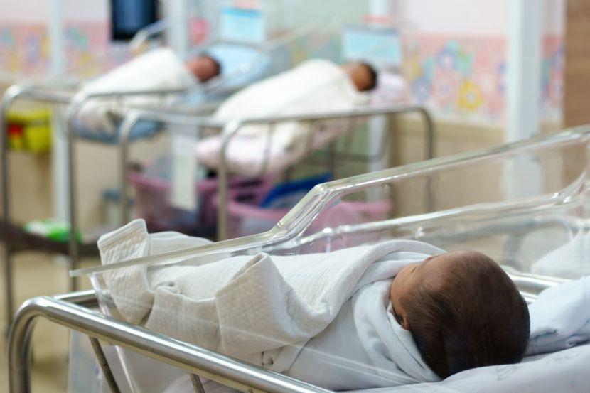 Некои бебиња родени од мајки позитивни на коронавирус, веќе имаат антитела
