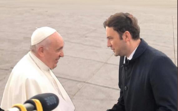 """Урнебесна фотомонтажа на Бујар Османи: Сакал да биде """"на само"""" со Папата, па доби три уши (ФОТО)"""