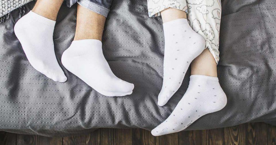 Одговараме на вечното прашање: Спиење со чорапи или не?