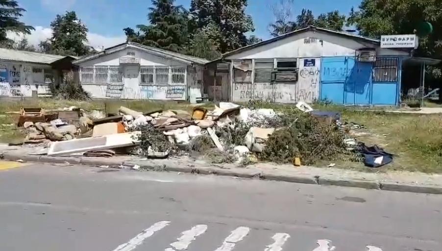 Пред амбулантата во Ѓорче Петров 2 никна дива депонија, а за да поработи градоначалникот мора да има камера и протести (ФОТО)