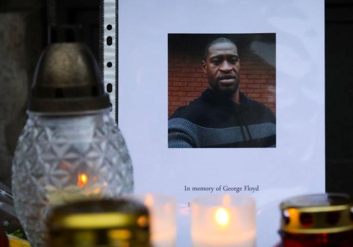 Судијата во процесот за убиството на Флојд се закани дека судењето на полицајците може да го префрли на друго место поради притисокот од јавноста