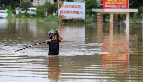 Најмалку 12 лица загинаа во поплави во југозападна Кина