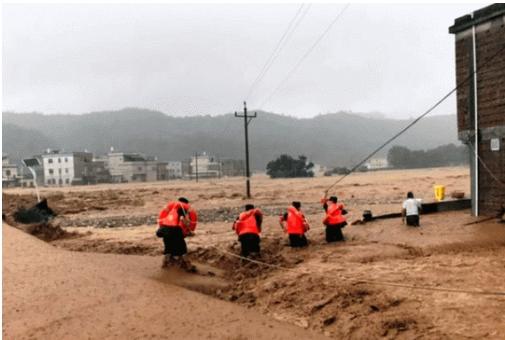 Кинеските власти издадоа предупредување за поплави и свлечишта