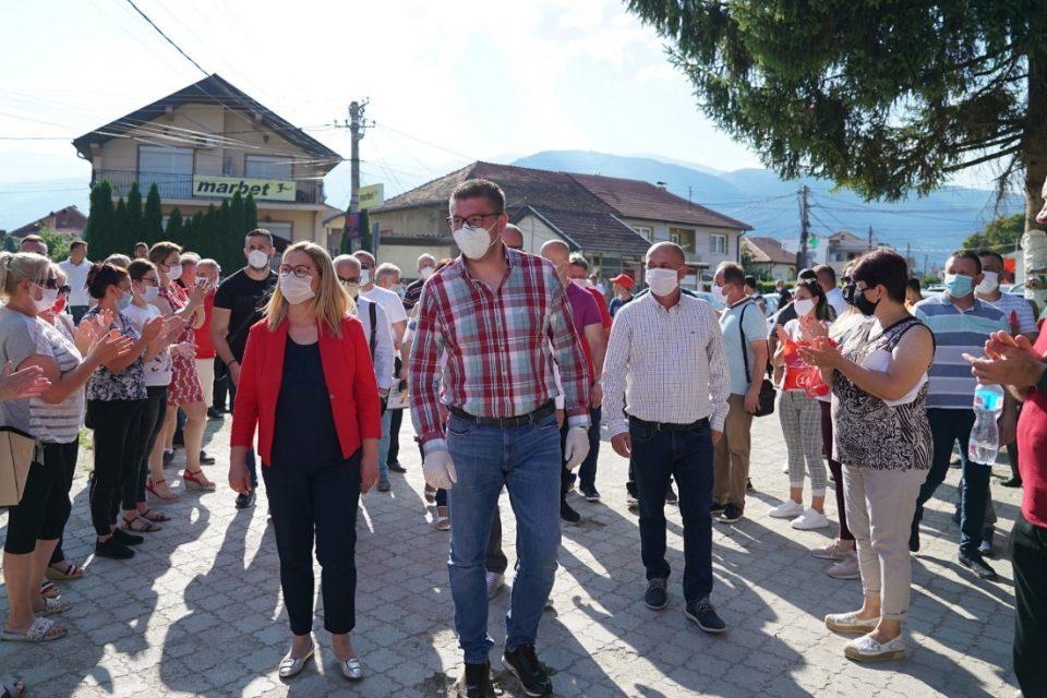 СЛЕДЕТЕ ВО ЖИВО: Мицкоски на средби со граѓани во Шуто Оризари