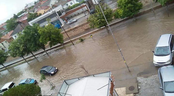 Обилни врнежи од дожд во Неготино, интервенција на пожарникарите