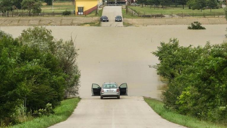 Големо невреме во Србија: Однесени мостови, поплавени над 700 домаќинства, вонредна состојба во 8 општини