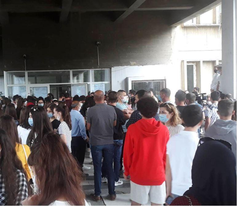 Протест пред средното медицинско училиште, родителите бараа прием на сите ученици без тестирање