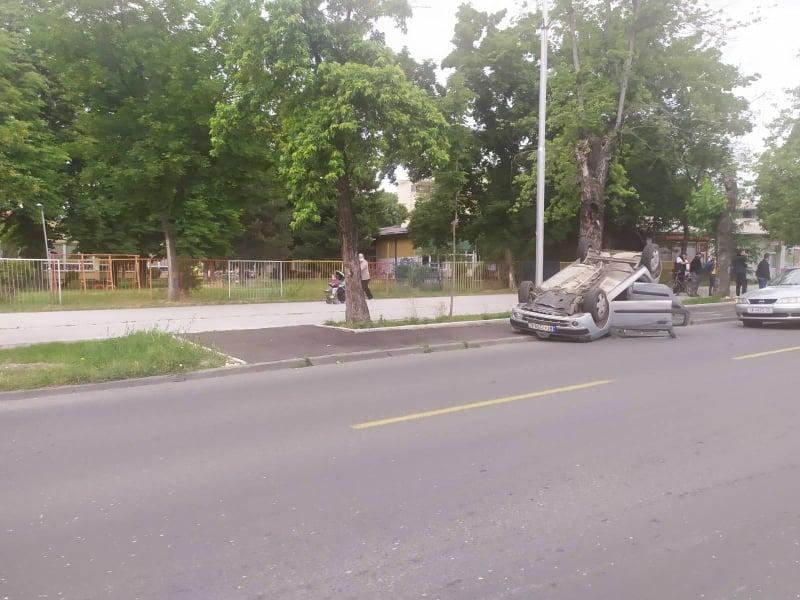 ФОТО: Тешка сообраќајна несреќа во Автокоманда, автомобил превртен на кров