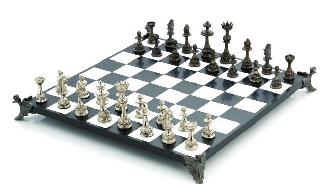 Австралиска корпорација шахот го смета за расистичка игра, затоа што секогаш белите фигури го влечат првиот потег