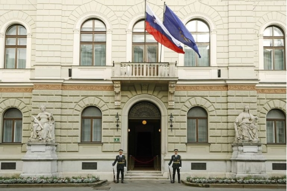 Словенија враќа дел од рестрикциите – забрана за собирање на повеќе од 50 лица