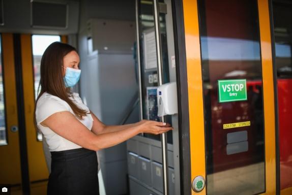 Во Словенија од денес повторно е задолжително носење маска во затворени простории и верски објекти