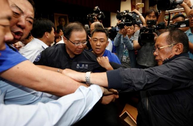 ФОТО: Тепачка во тајванскиот Парламент
