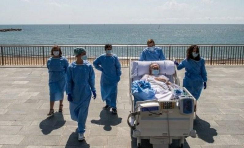 Заболени од коронавирус се лекуваат на плажите на Барселона