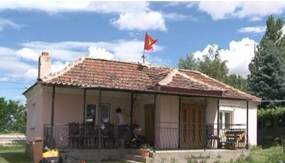 Жител на Новаци поради знамето со сонцето од Кутлеш ја изгубил работата