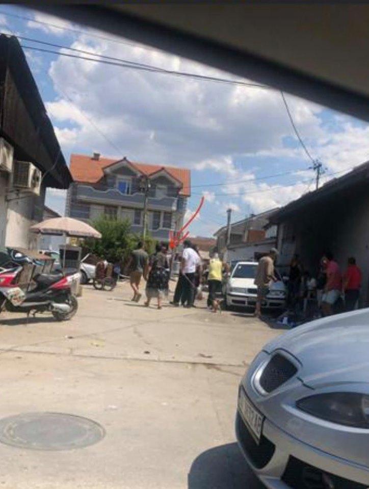 ФОТО: Кандидат за пратеник на македонска владејачка партија агитира кај Роми во Куманово