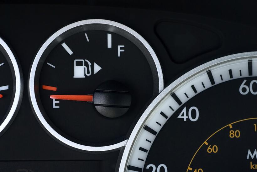 Знаете ли што покажува оваа стрелка покрај ознаката за гориво?