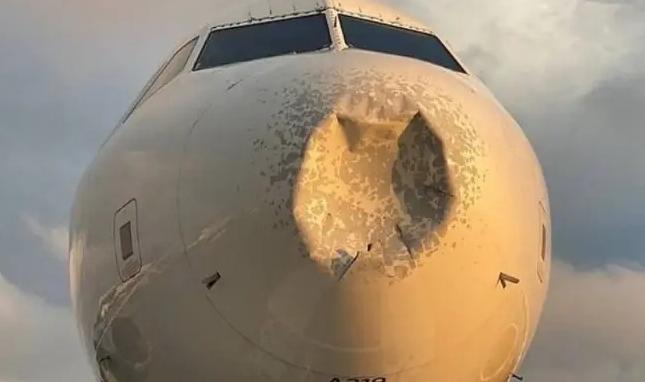 ФОТО: Мистериозна вдлабнатина на авионот кој принудно слетал во Њујорк