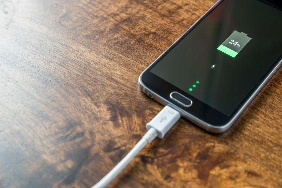 Телефонот на полнач преку цела ноќ: Добро или лошо за вашата батерија?