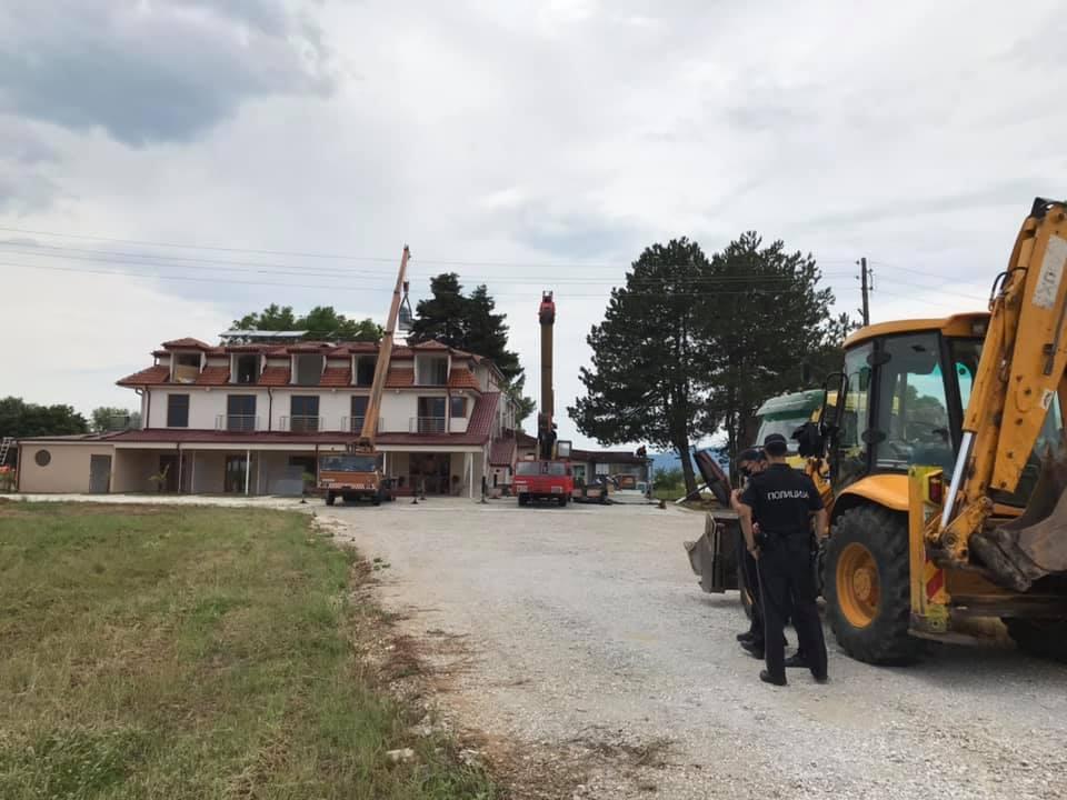 (ФОТО) Се урива бесправно изграден хотел во Охрид