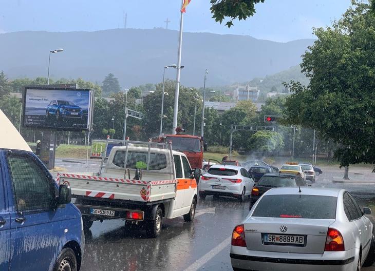 ФОТО: Експлодираше автомобил на семафори во Скопје!