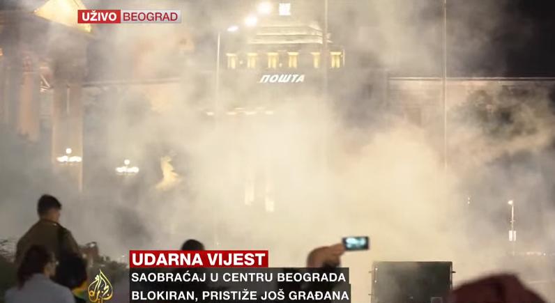 """ХАОС ВО БЕЛГРАД: Откако Вучиќ најави враќање на полицискиот час граѓаните подготвени буквално да го """"запалат"""" собранието (ВИДЕО)"""