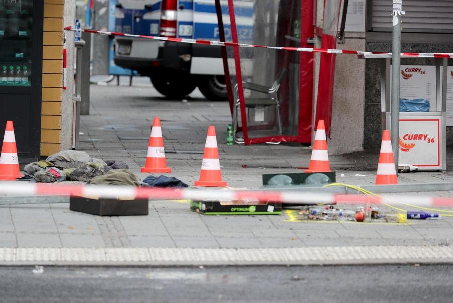 Автомобил влета во група луѓе на плоштад во Берлин-едно од прегазените лица реанимирано, се нашло под автомобилот