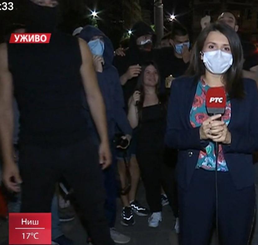 Додека известуваше од протестите во Белград момче ги соблече пантоланите- од глетката нема да се воздржите ниту вие (ФОТО+18)