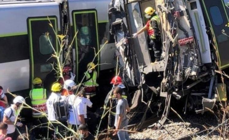 Двајца загинати и 35 повредени во железничка несреќа во Португалија