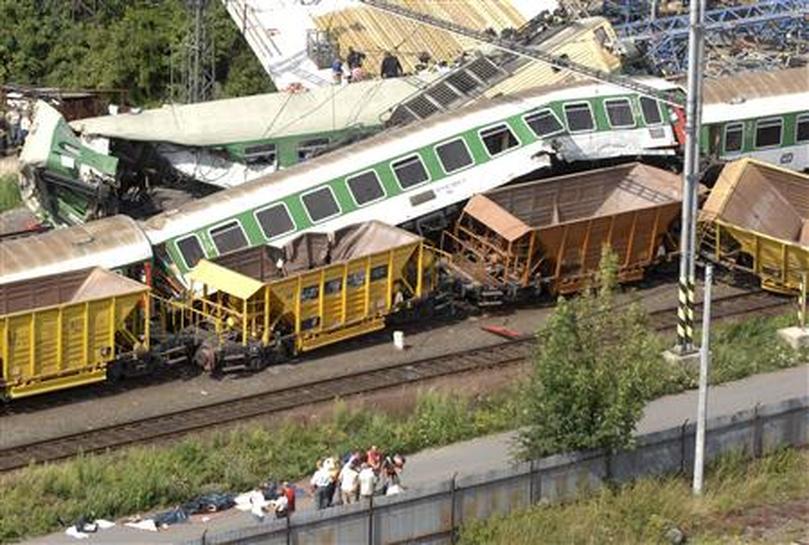 Најмалку двајца загинати и триесетина повредени во судир на два воза во Чешка