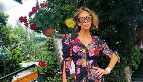 """Поради краткото фустанче од кое и излегува задникот се скараа фановите на Ана Николиќ: """"Мора ли задникот да ни го буташ под нос"""""""