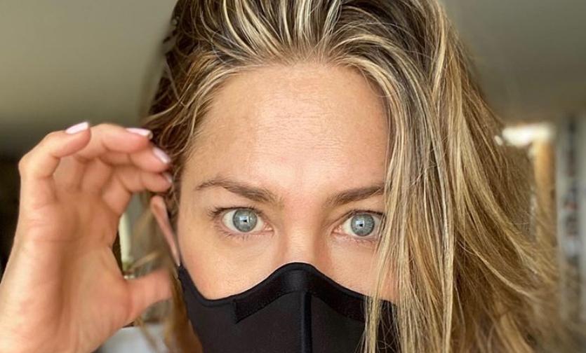 """Анистон објави """"селфи"""" со заштитна маска, нејзината порака ги налути фановите (ФОТО)"""