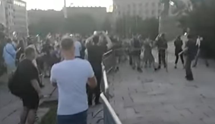 Едно лице повредено, изваден нож на протестите во Белград (ВИДЕО)