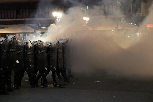 Едно лице повредено при напад со нож на протестите во Белград