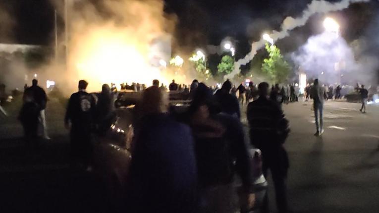 Инциденти во Белград, демонстрантите се обидуваат да влезат во Парламентот