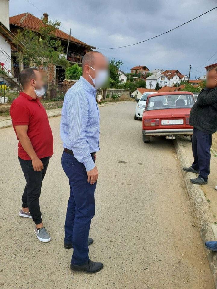 ФОТО: Актуелен градоначалник агитира на терен