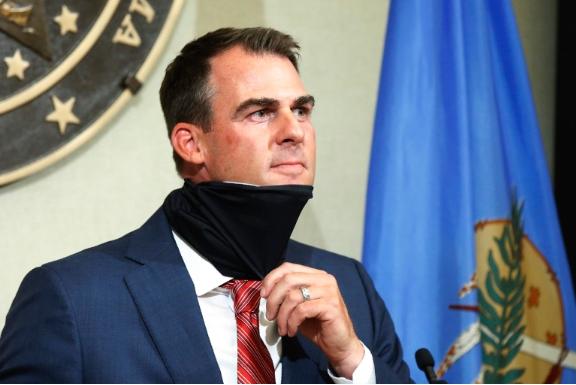 Гувернерот на Оклахома позитивен на Ковид-19