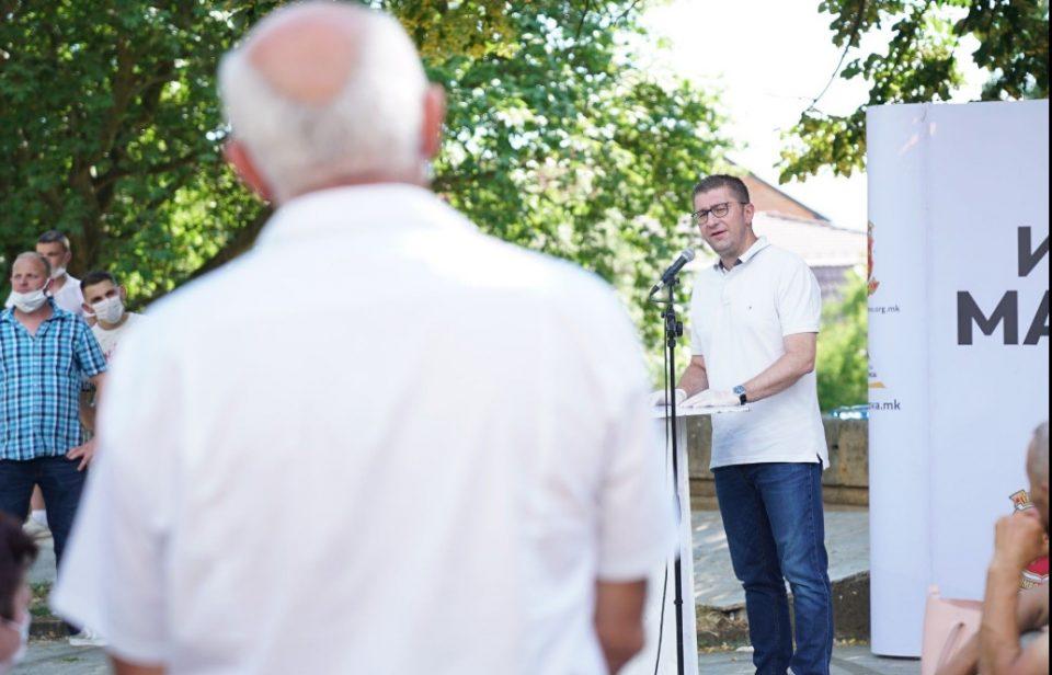 СЛЕДЕТЕ ВО ЖИВО: Мицкоски на средби со граѓаните во Гостивар