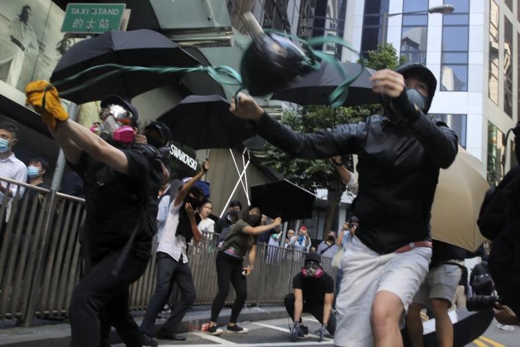 Демонстрант од Хонг Конг осомничен за убиство на полицаец уапсен на лет за Лондон