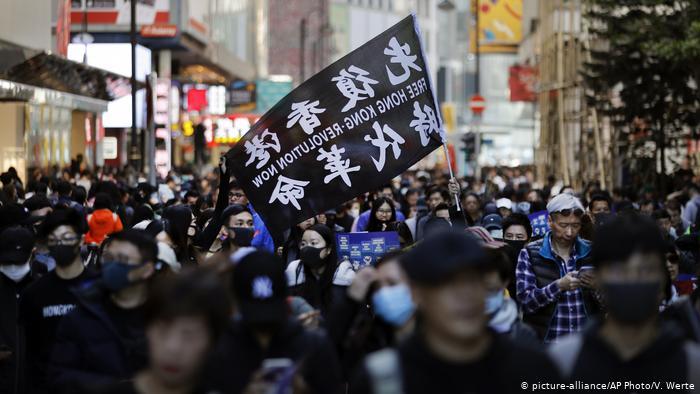 Полицијата во Хонг Kонг употреби водени топови против демонстранти и новинари