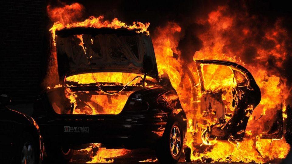 Запалени два автомобили на Рузвелтова