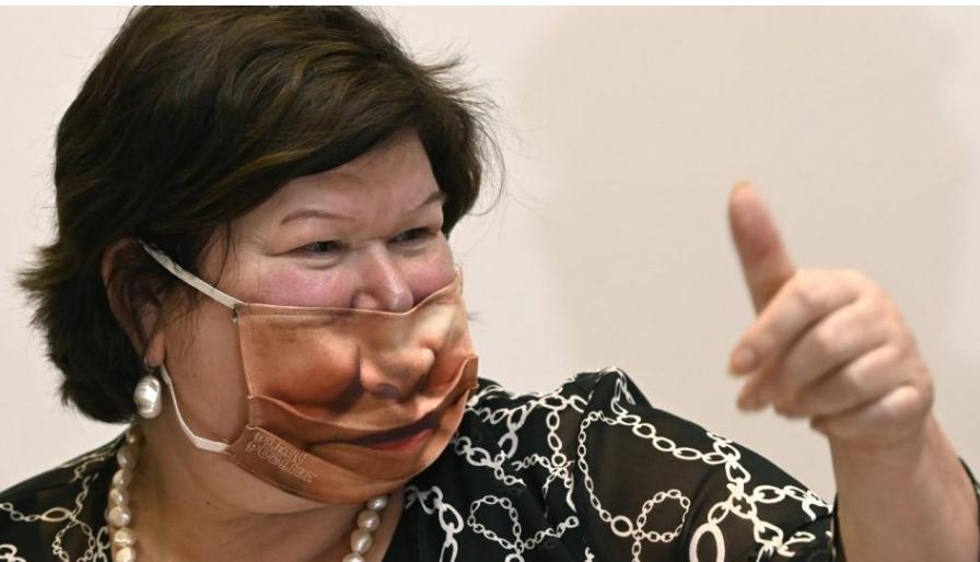 Министерка за здравство стана хит на социјалните мрежи: Ваква заштитна маска не сте виделе (ФОТО)